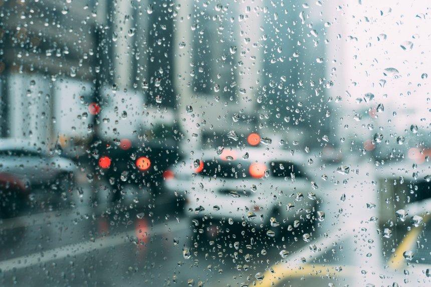 Chuvas de verão podem ser intensas e provocar prejuízos.