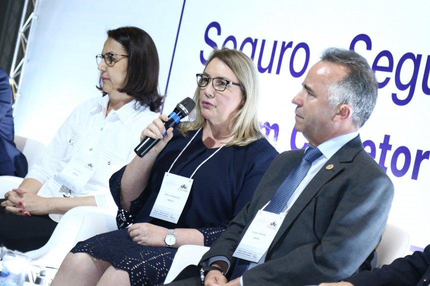 Sirlei Morandini fala em Seminário de Seguros em Londrina.