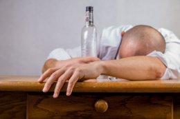 O álcool em excesso traz muitos problemas de saúde.